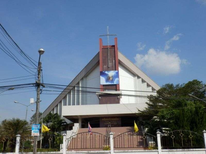 an einer neuen christlichen Kirche vorbei